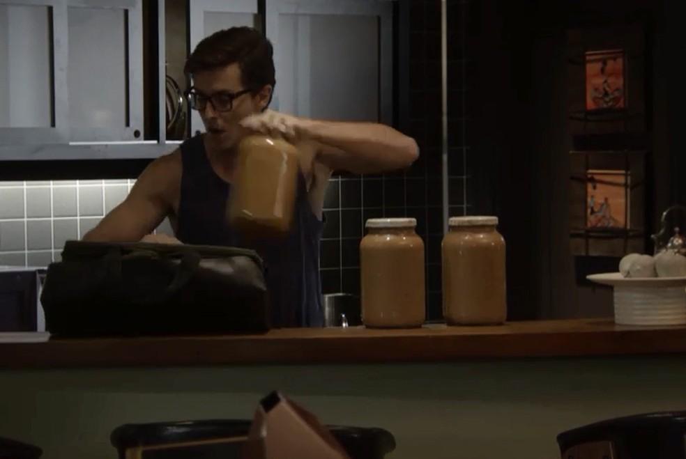 Patrick (Kleber Toledo) rouba latas de doce de leite de Galdino (Gabriel Godoy), em 'Verão 90' — Foto: TV Globo