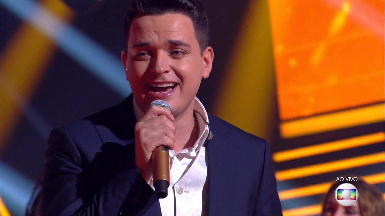 Léo Pain encerra o programa cantando 'Dormi na Praça'