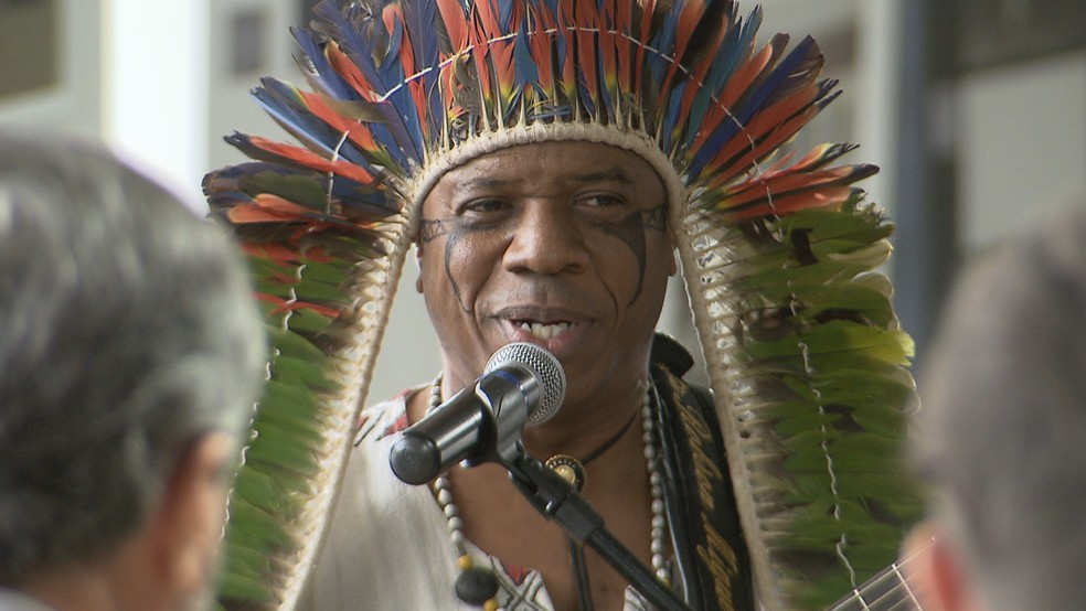 Cacique Robson Miguel canta hino nacional em Tupi Guarani (Foto: TV Globo/Reprodução)