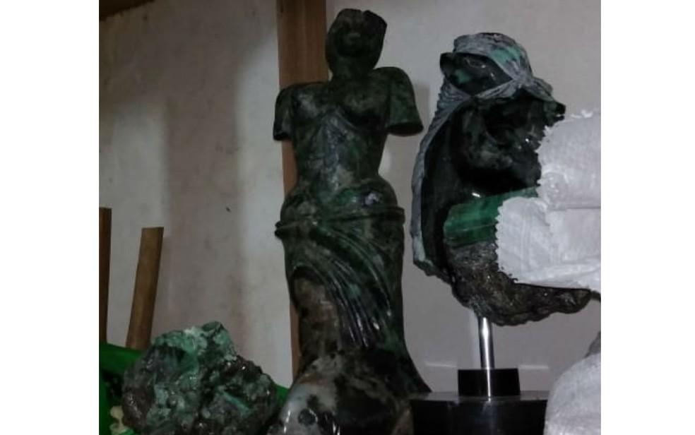 Duas esculturas também foram apreendidas e receita suspeita que são de esmeralda (Foto: Divulgação/Receita Federal)