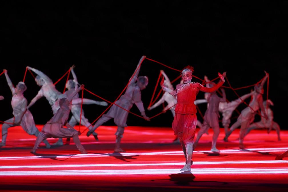 Artistas dançam durante a cerimônia de abertura dos Jogos Olímpicos de Tóquio, no Japão — Foto: Stefan Wermuth/Reuters