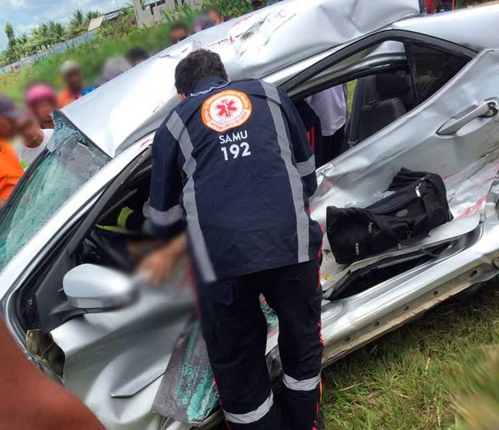 Idoso morre e esposa fica ferida após batida entre carro e caçamba em cruzamento na Bahia (Foto: Leandro Alves/Bahia 10)