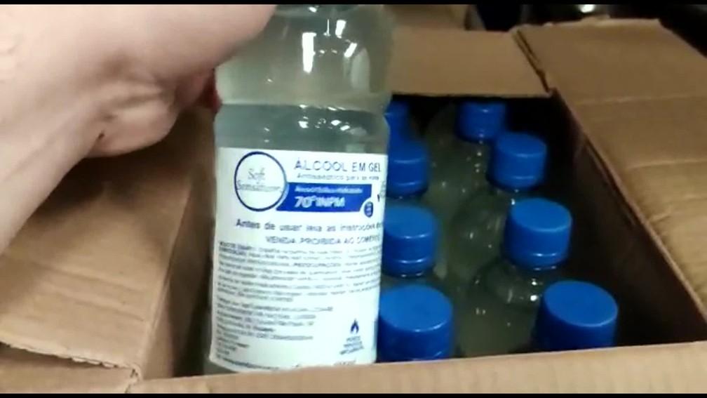 Equipe de transição da Prefeitura do Rio encontrou álcool vencido em galpão em Duque de Caxias. — Foto: Reprodução/ TV Globo