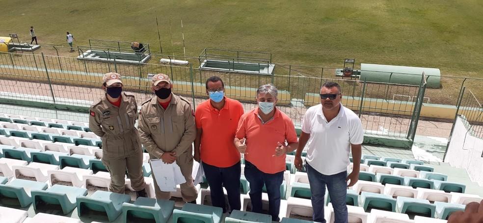Com a presença de Aldeone Abrantes, a vistoria  foi realizada pelo Corpo de Bombeiros na manhã desta quarta-feira no Estádio Marizão, em Sousa — Foto: Divulgação / Sousa