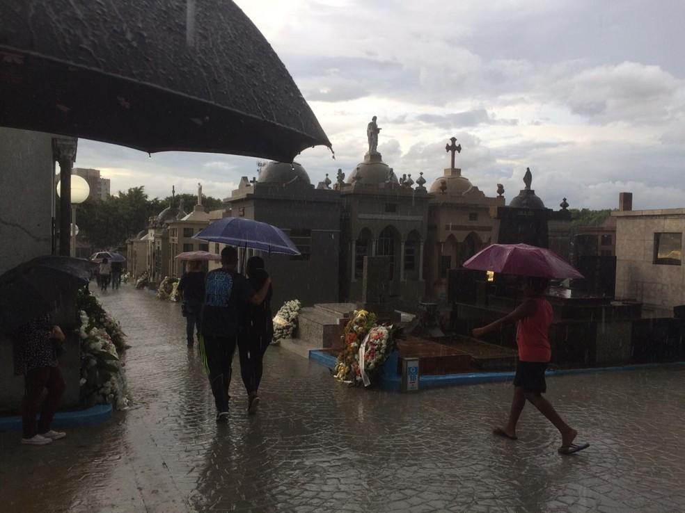 Choveu no Cemitério São Sebastião, em Suzano, onde são enterrados os corpos das vítimas do massacre na Escola Estadual Professor Raul Brasil. — Foto: Glauco Araújo/G1 SP