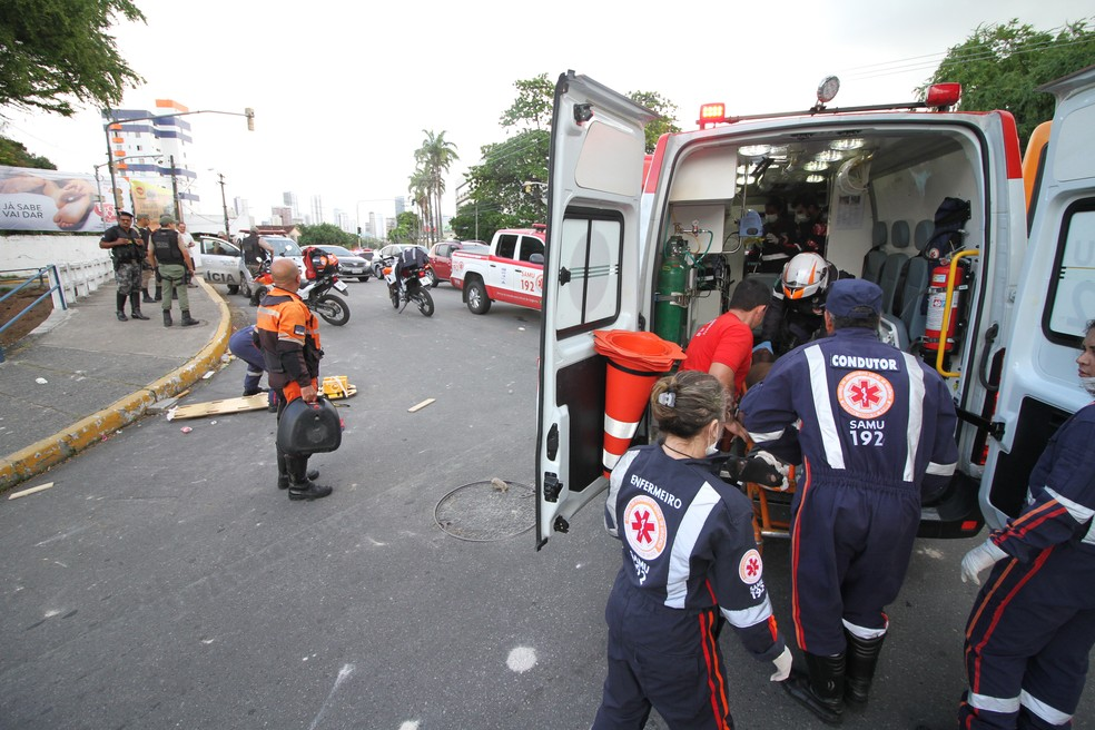 Serviço de Atendimento Móvel de Urgência faz atendimento médico após briga de torcedores na Zona Norte do Recife (Foto: Marlon Costa/Pernambuco Press)
