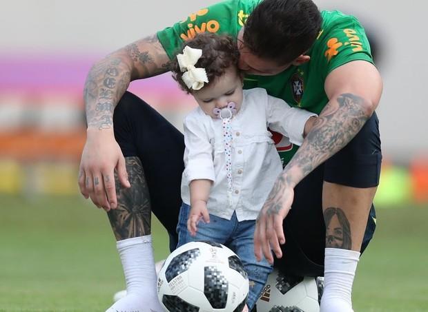 O goleiro reserva, Ederson, e a filha, Yasmin, 1 ano (Foto: Reprodução/Instagram)