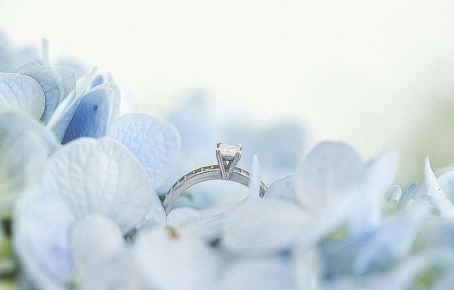 Depois de ter ficado meio esquecida, a comemoração que oficializa o pedido de casamento tem entrado cada vez com mais frequência na agenda dos novos casais