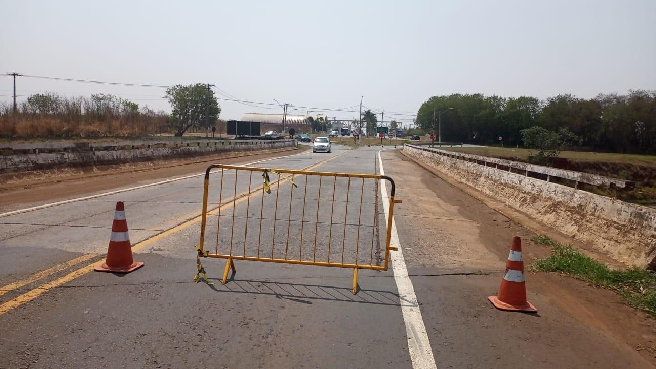 Batida de caminhão leva a interdição de faixa em ponte sobre a SP-306, em Santa Bárbara