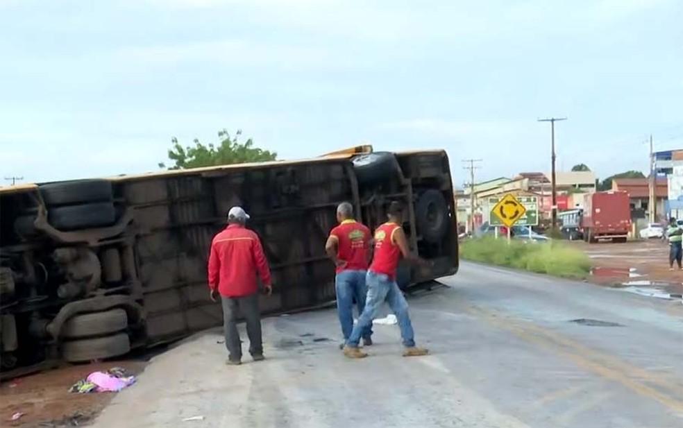 Suspeita da polícia é de que motorista teria dormido e perdido controle da direção — Foto: Reprodução/TV Bahia