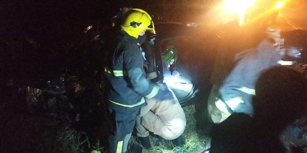 Motorista fica preso às ferragens em acidente na BR-405 no interior do RN — Foto: Divulgação/Polícia Militar