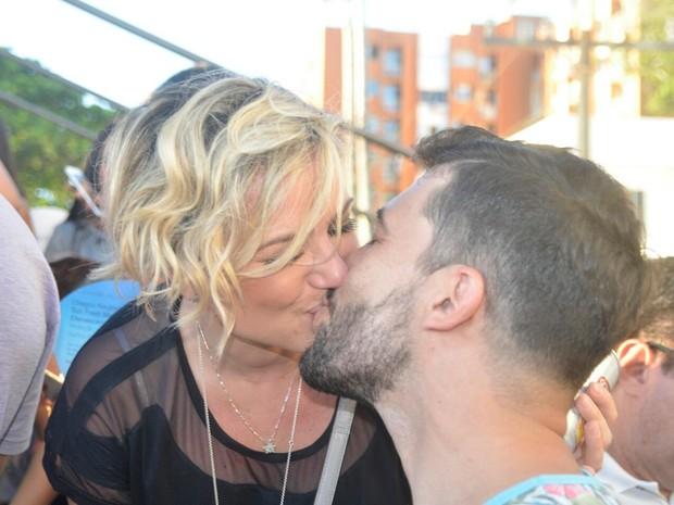 Natália Rodrigues beija muito no carnaval de Salvador (Foto: Diogo Macedo/ Ag. Haack)