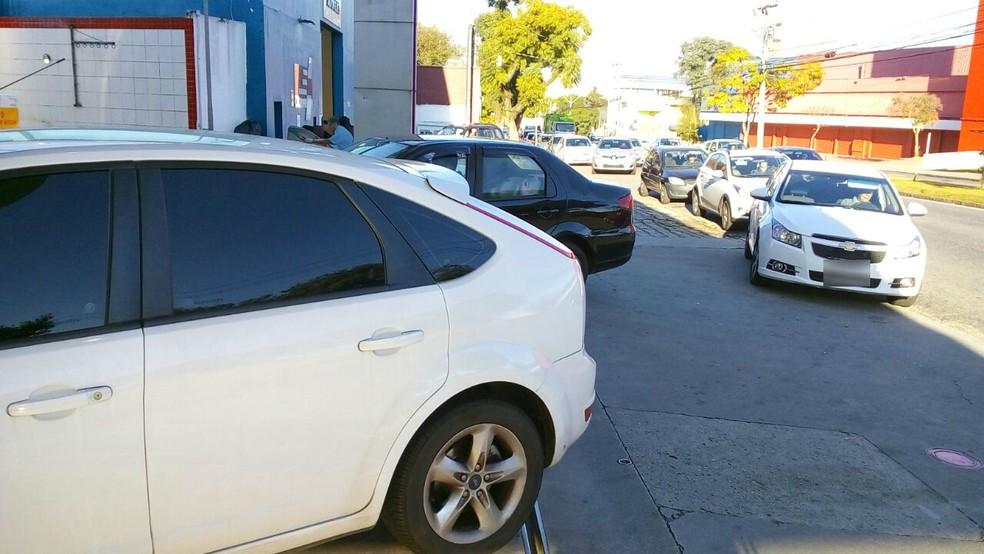 Carros formaram fila em postos de combustíveis de Curitiba nesta sexta-feira (21) (Foto: Jorge Melo/RPC)
