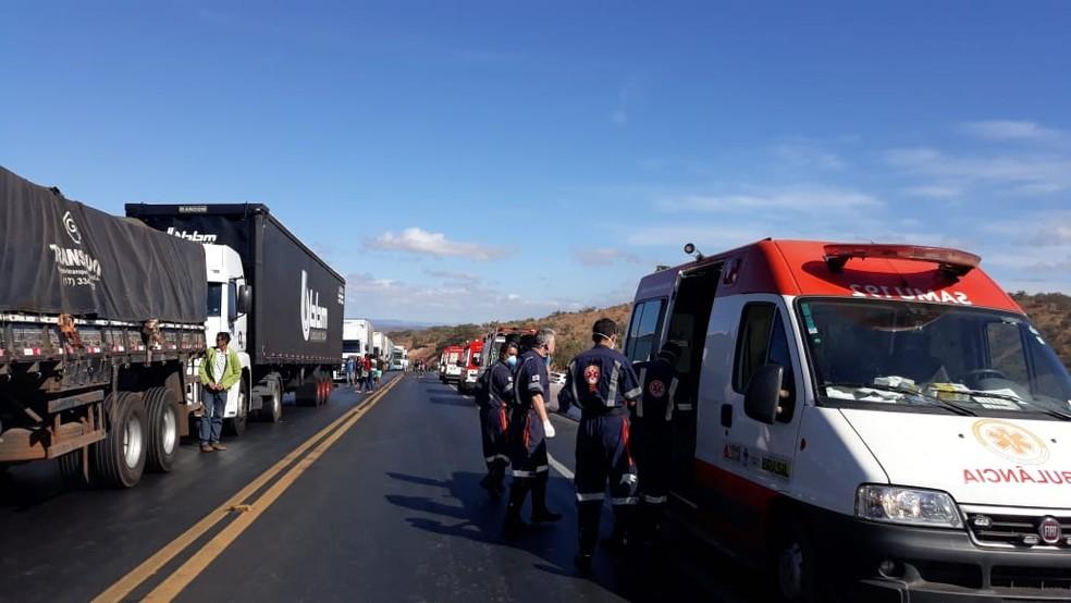 Oito veículos se envolveram no acidente na BR-251 (Foto: Ana Cláudia Mendes/ Inter TV)