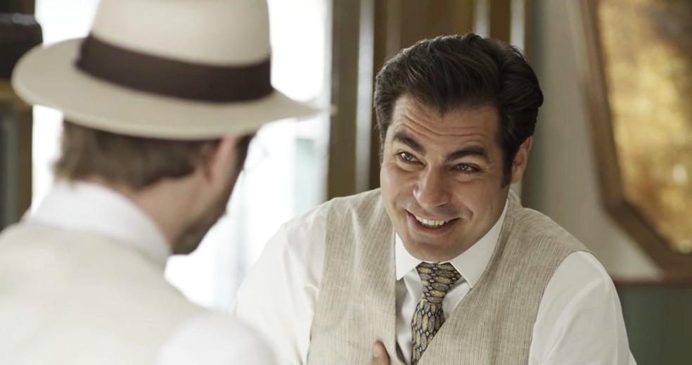 Darcy ri com a revelação, mas entende o amigo (Foto: TV Globo)