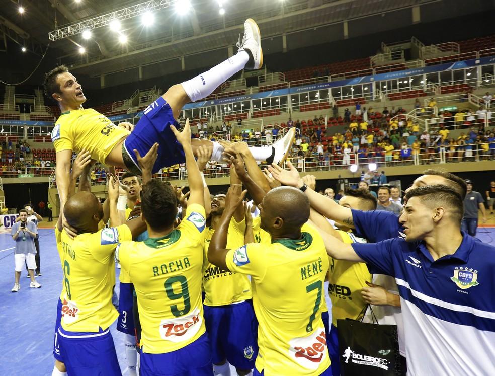 Jogadores do Brasil saúdam Falcão em quadra (Foto: NR Eventos/Divulgação)