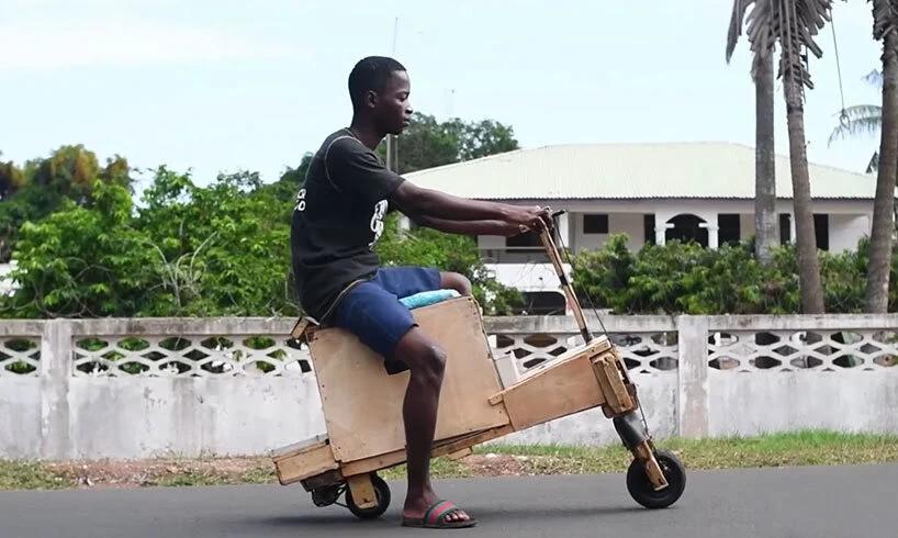 A mecânica da motocicleta de madeira é composta por peças reutilizadas (Foto: Efo Selasi / YouTube / Reprodução)