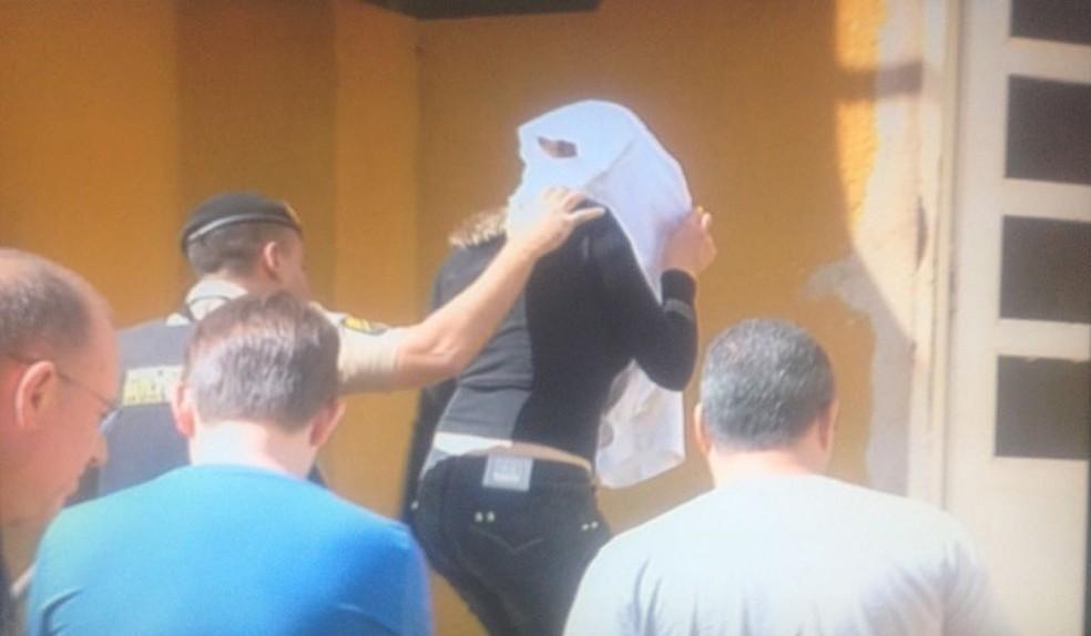 Autora dos disparos foi levada pela polícia para esclarecimentos (Foto: Cristiano Dias/Inter TV Grande Minas)