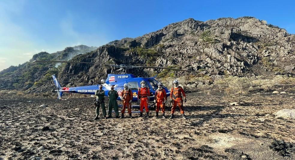 Helicóptero do Graer/PMBA tem auxiliado os bombeiros no combate aos incêndios florestais da Bahia — Foto: Divulgação/CBMB