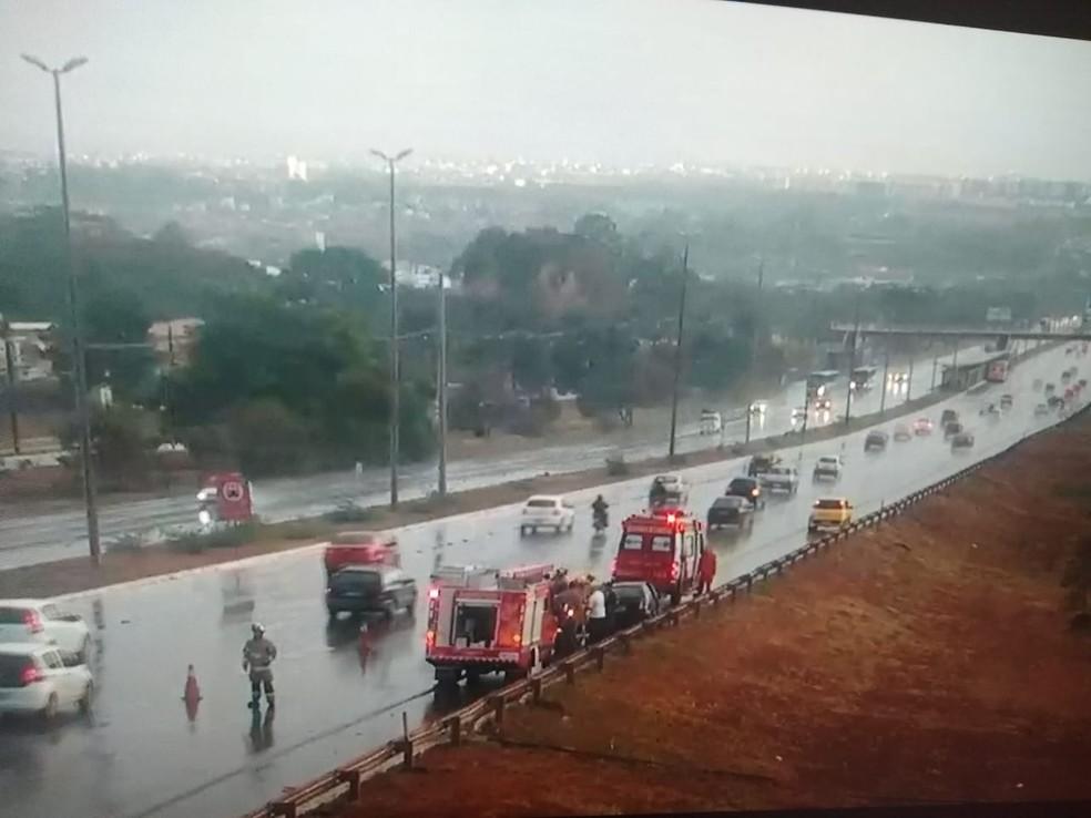 Bombeiros atendem ocorrência de trânsito na Epia Norte, em Brasília — Foto: Reprodução
