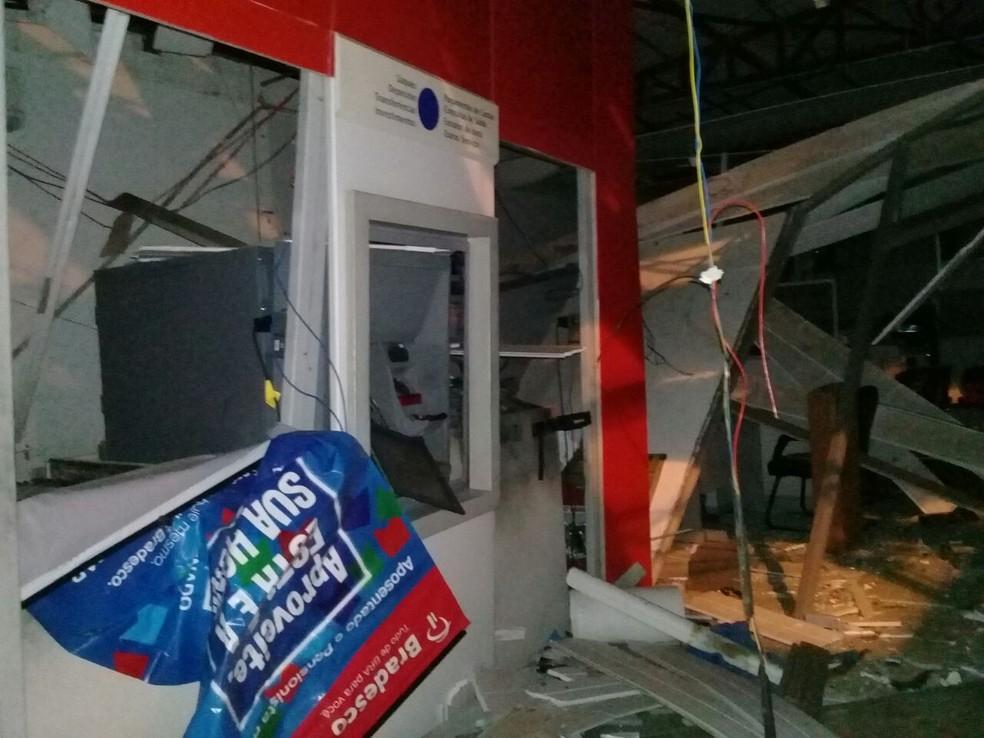 Interior da agência ficou destruído pela explosão. (Foto: Divulgação/ Polícia Militar)