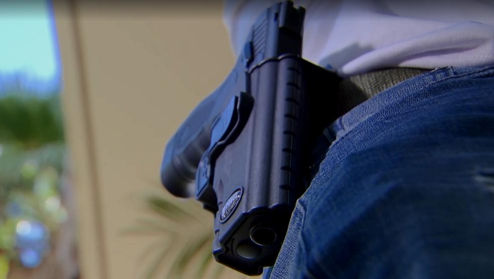 Arma, modelo taurus, em cintura de agente penitenciário do DF — Foto: TV Globo/Reprodução