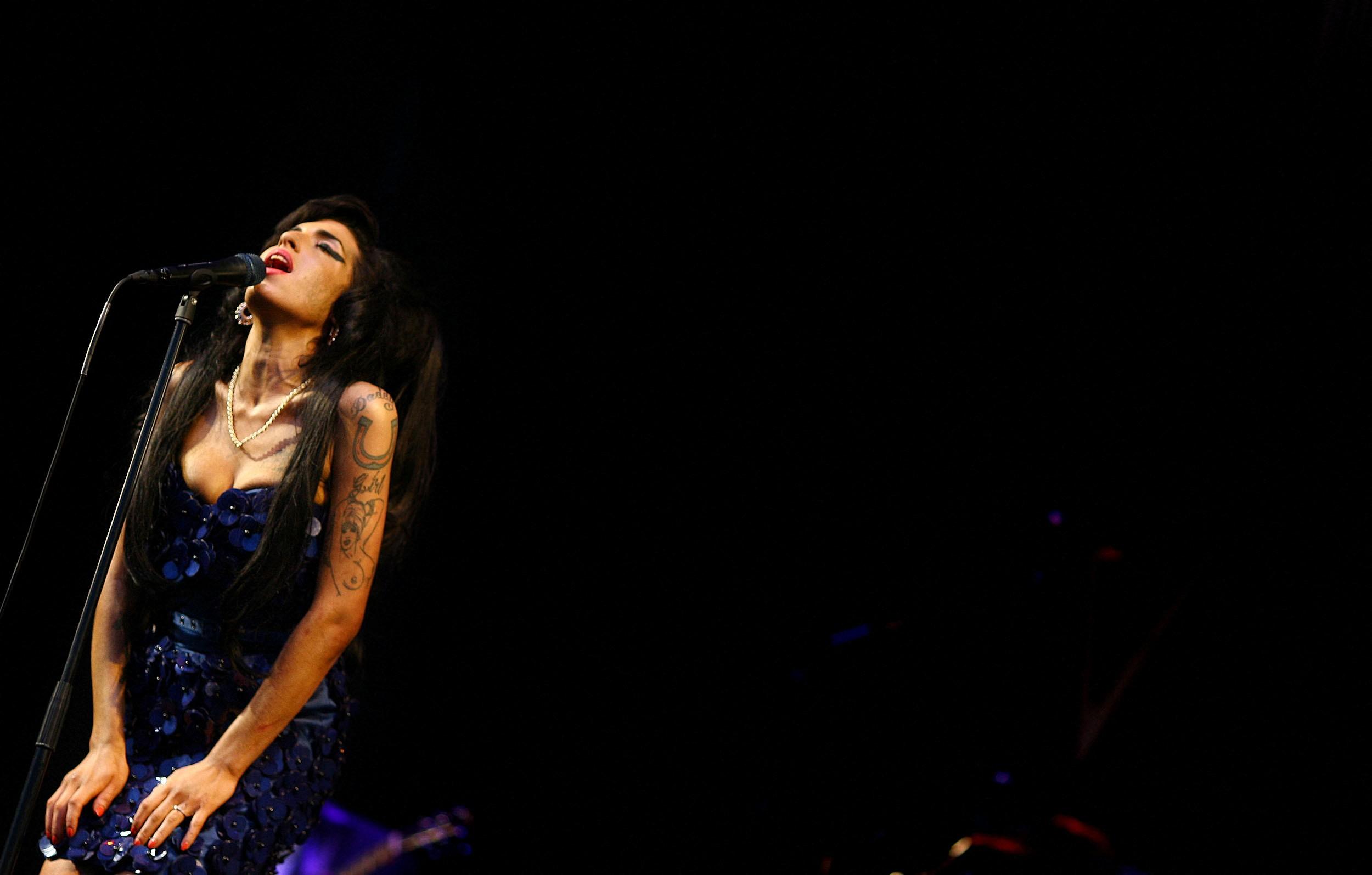 Amy Winehouse: turnê no Brasil teve crise de pânico, confisco de frigobar e fuga do quarto