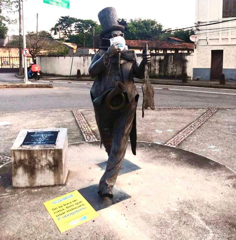 Estátua do apresentador Chacrinha, na Zona Sul do Rio, usando máscara — Foto: Divulgação/ Prefeitura do Rio