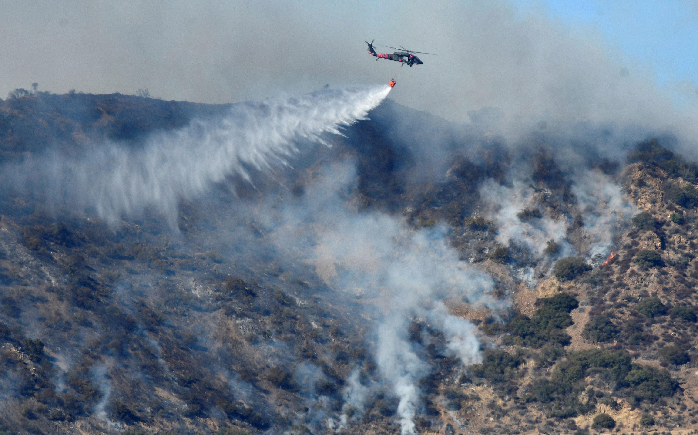 Ventos intensos prejudicam combate a incêndio florestalda Califórnia