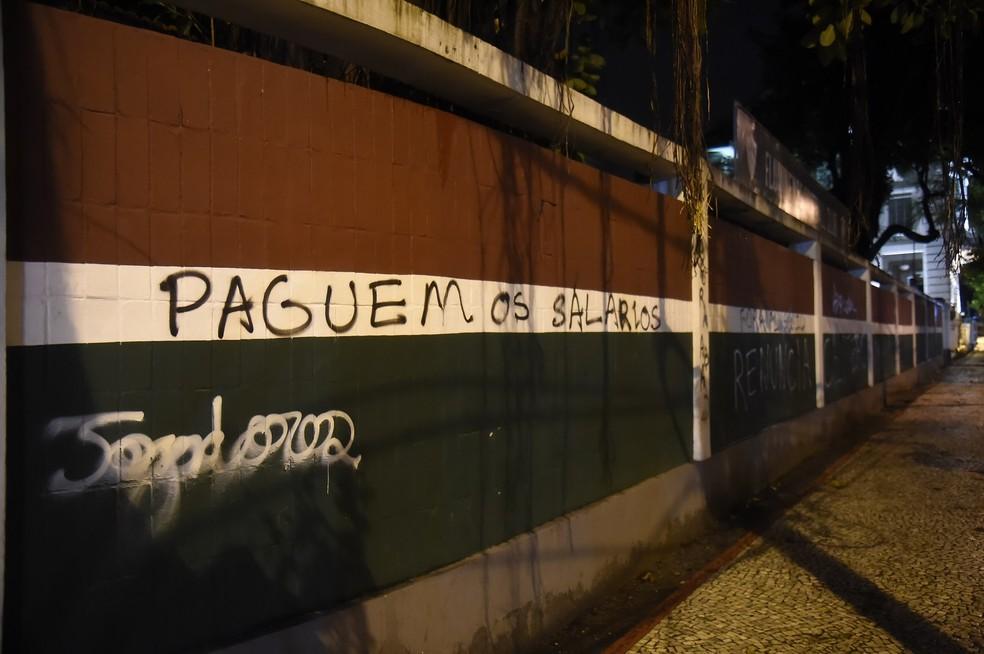 Pichações nos muros das Laranjeiras — Foto: André Durão