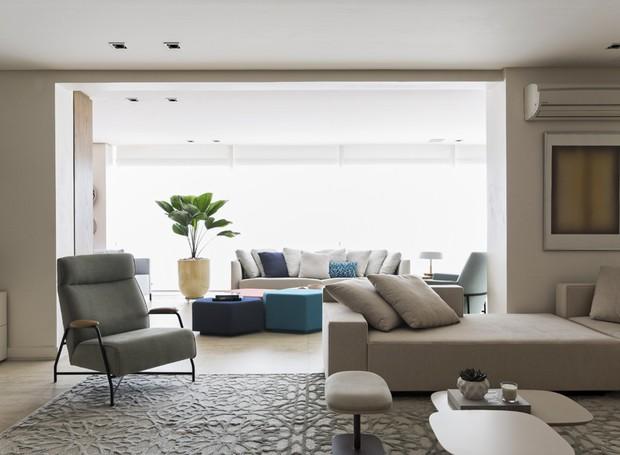 Cinza e off white dominam a paleta, pontuada com cores apenas nos acessórios (Foto: Alain Brugier)