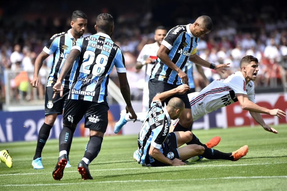 David Braz foi capitão do Grêmio contra o São Paulo — Foto: Marcos Ribolli