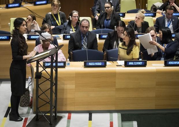 Nadia discursando na ONU em 2017 durante discussões sobre o fim da impunidade do Estado Islâmico (Foto: Getty Images)