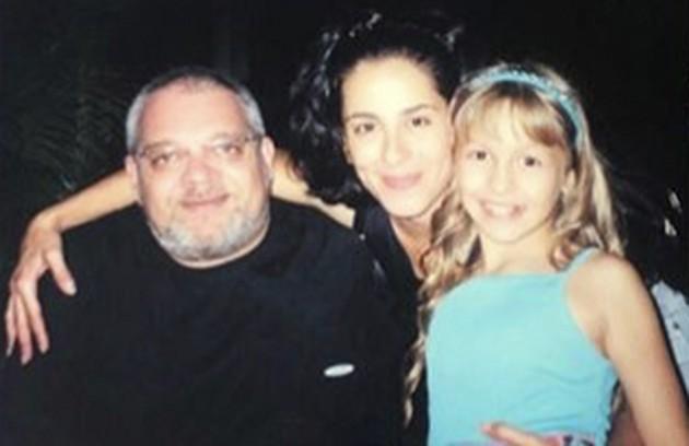A atriz com Zé Victor Castiel e Soaraya Ravenle, seus pais na história (Foto: Reprodução/Instagram)