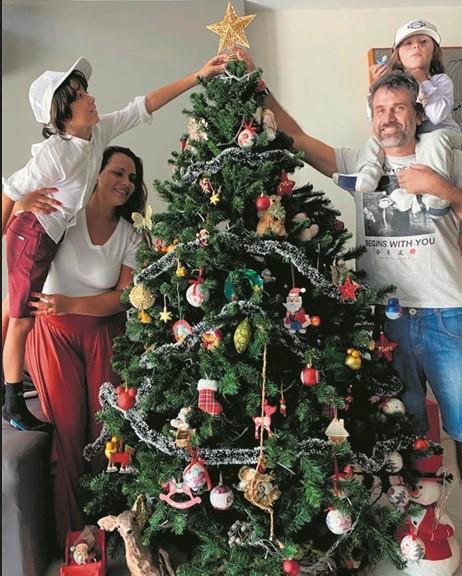 Eriberto Leão e a família em sua casa em itaipava, na Serra Fluminense (Foto: Acervo pessoal)