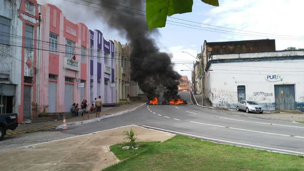 JOÃO PESSOA, 8h40: Manifestando colocam fogo em pneus no bairro do Varadouro — Foto: Antônio Vieira/TV Cabo Branco