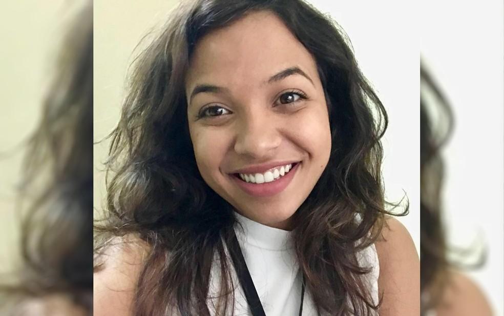Karine Alves de Almeida, de 24 anos, que pode ter sido agredida por namorado ou se jogado de carro em movimento em Hidrolândia Goiás — Foto: Reprodução/Facebook