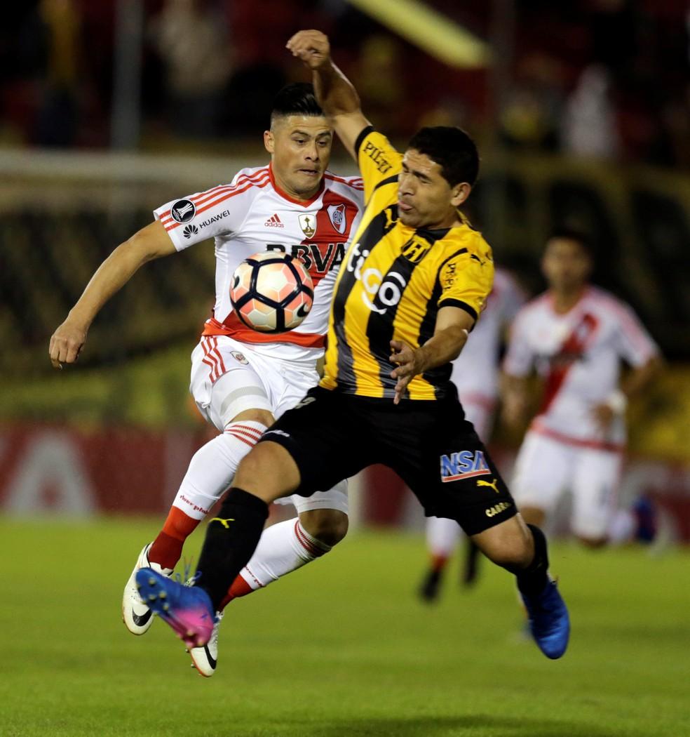 Jorge Moreira, em jogo pelo River Plate contra o Guaraní do Paraguai, na Libertadores (Foto: Jorge Adorno/Reuters)