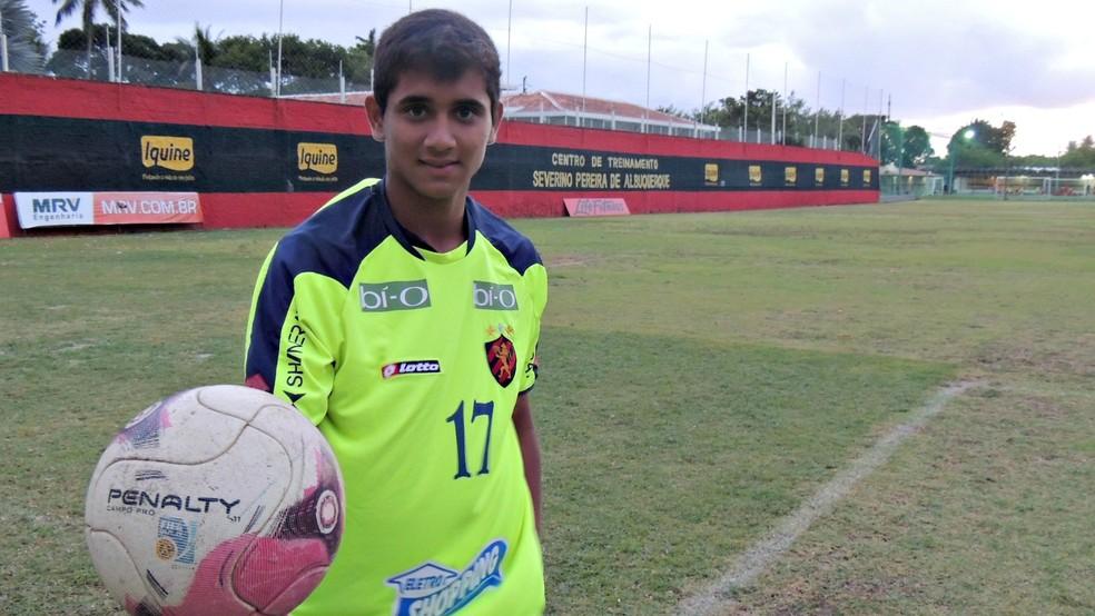 Everton Felipe nos primeiros treinamentos com o profissional do Sport (Foto: Elton de Castro)