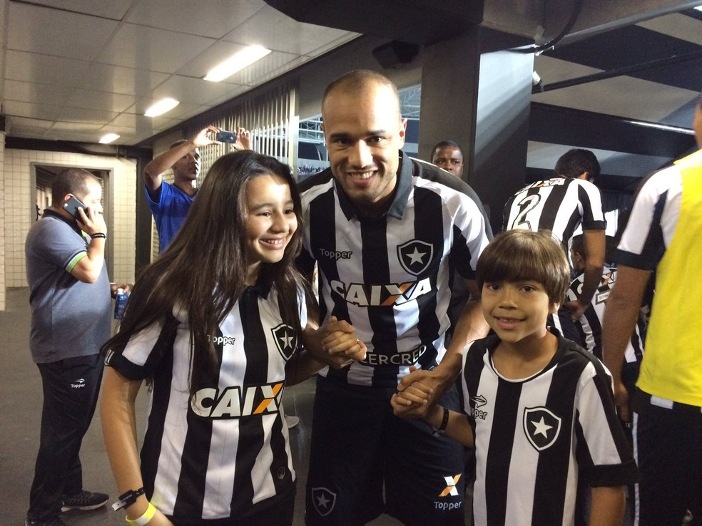 Roger foi contratado só com um ano e está de saída para o Internacional (Foto:  (Foto: Divulgação/Botafogo) )