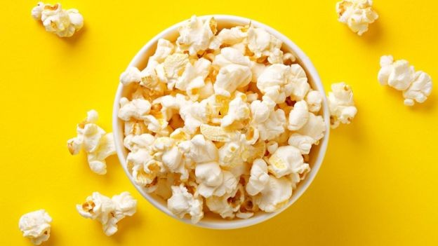 Parte importante da receita das redes de cinema vem dos alimentos - por isso, um reforço naquele cheirinho de pipoca é bem vindo (Foto: Getty Images via BBC News Brasil)