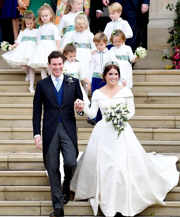 O buquê da noiva era composto por folhas e flores brancas (Foto: Getty Images/ Reprodução)