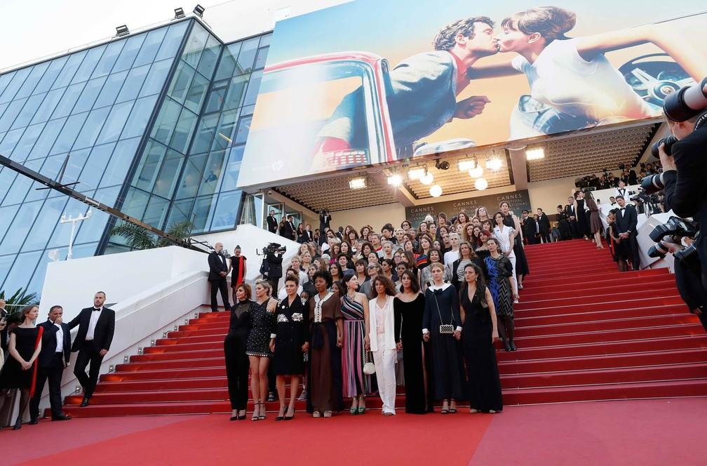 Grupo de 82 mulheres do cinema posam juntas em escadaria durante protesto no tapete vermelho do Festival de Cinema de Cannes, na França. Elas exigem igualdade salarial e mais espaço (Foto: Eric Gaillard/Reuters)