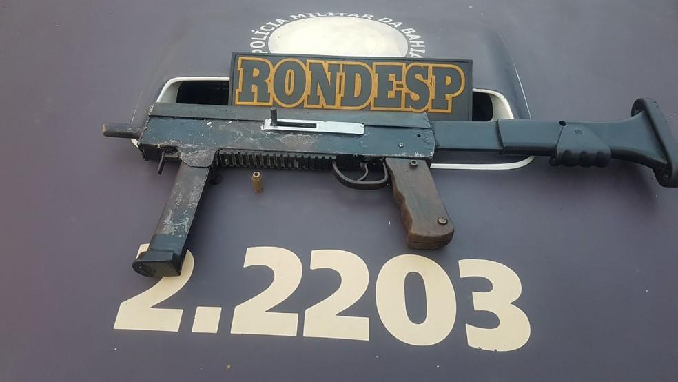 Submetralhadora calibre 40, que estava com o adolescente, tem alto poder de fogo (Foto: SSP-BA/ Divulgação)