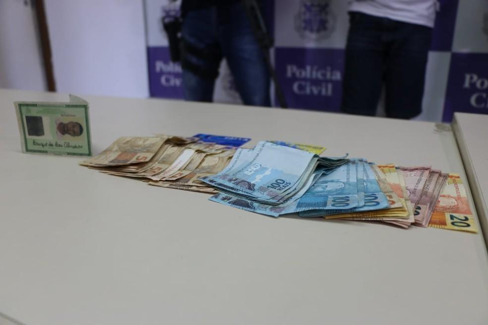 com Bruno, policiais apreenderam R$ 2.990 em espécie — Foto: SSP/ Divulgação