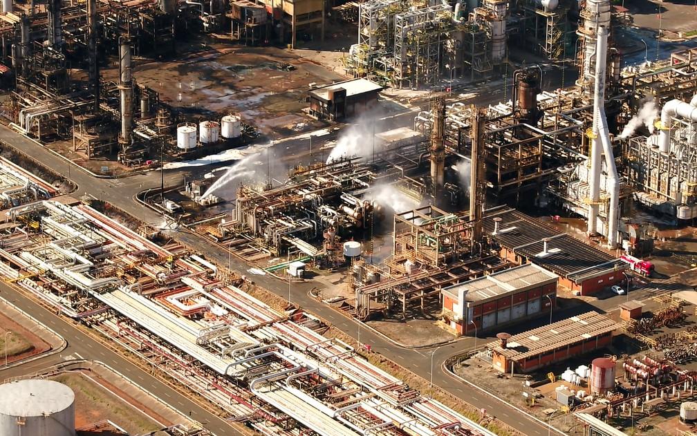 Área da Replan, refinaria da Petrobras em Paulínia, é resfriada após explosão em 20 de agosto de 2018 — Foto: Reprodução/EPTV