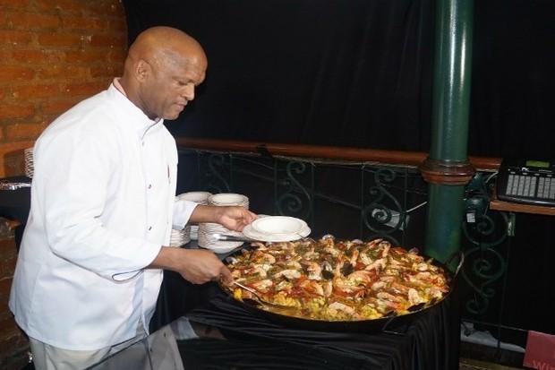 Chef Tonhão com sua paella (Foto: Divulgação)
