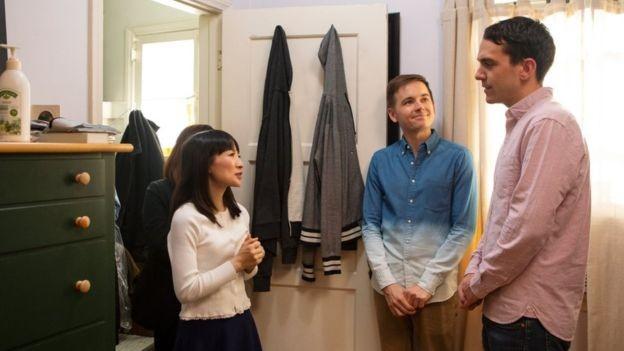 Marie Kondo dá conselhos a um casal na série de televisão A Magia da Arrumação que apresenta na Netflix (Foto: Netflix via BBC News Brasil)