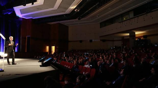 A palestra de abertura foi feita por Clay Johnston, que é o primeiro reitor da Dell Medical School, da Universidade do Texas, em Austin (Foto: Hélvio Romero/Estadão)