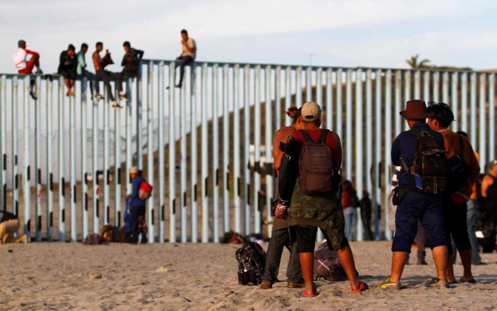 Migrantes se reúnem na fronteira entre o México e os Estados Unidos — Foto: Jorge Duenes / Reuters